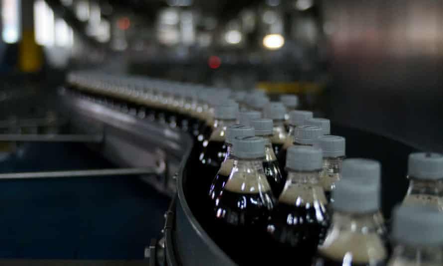 Botellas de Coca-Cola en una cinta transportadora en una fábrica estadounidense.