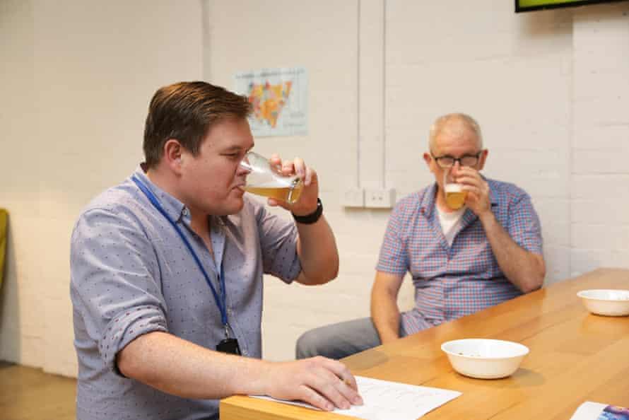 El personal asistente probó la cerveza sin alcohol para examinar las mejores y las peores opciones.