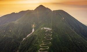 Vista aérea de la carretera de montaña en el monte Iwaki, Prefectura de Aomori, Tohoku, Honshu, Japón