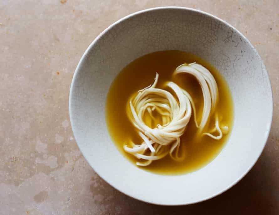 Sopa de fideos udon de cúrcuma dorada y jengibre.