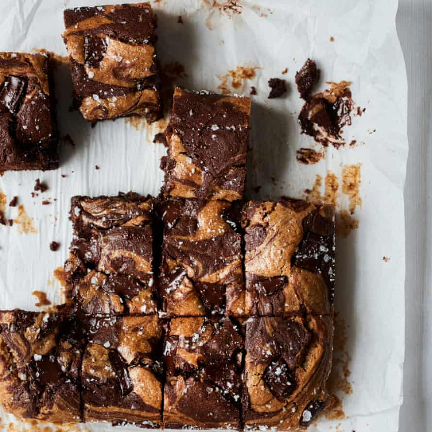 Brownies de chocolate y mantequilla de almendras.