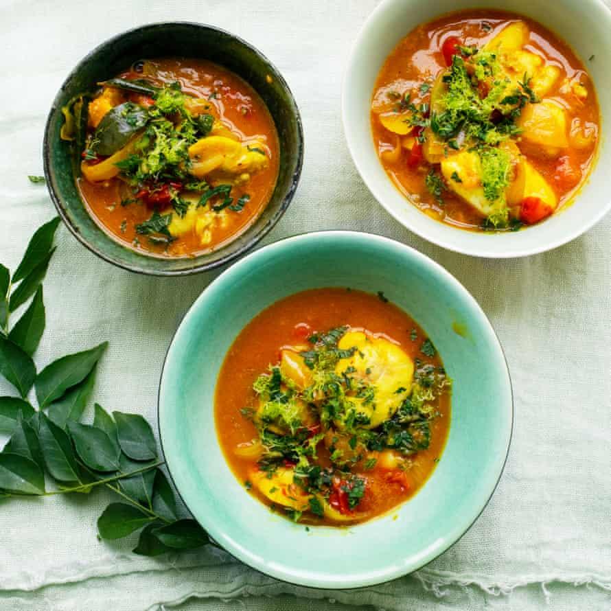 Carrilleras de bacalao con salsa de coco y hojas de curry.