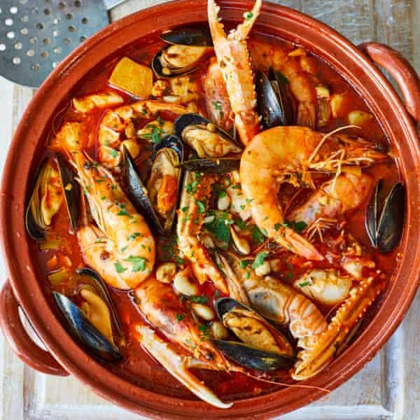 Caldereta de pescado y marisco, una delicia de pescado del chef Nieves Barragán Mohacho, galardonado con una estrella Michelin.