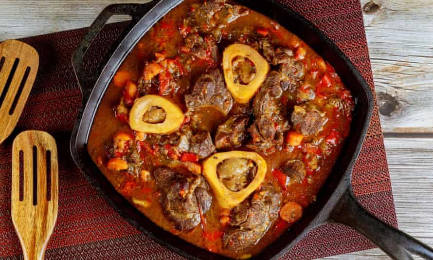 El hierro fundido ayuda a cocinar las cosas de manera uniforme ... la carne en una sartén.