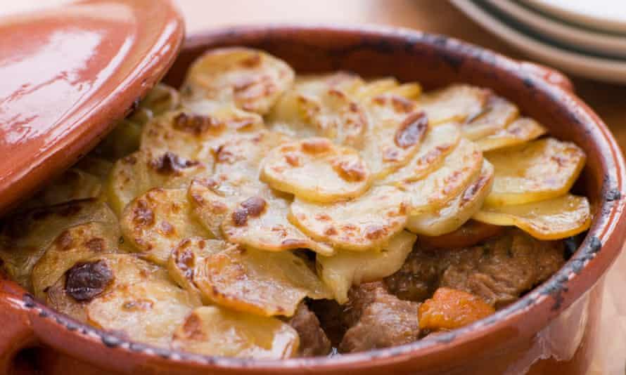 Lancashire Hot Pot, una cazuela larga y lenta de cordero, cebollas y papas en rodajas finas.