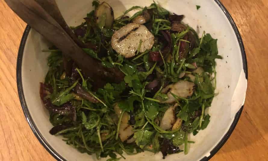 'Rugoso': cebolla morada asada, alcachofa de Jerusalén y ensalada de aceitunas.
