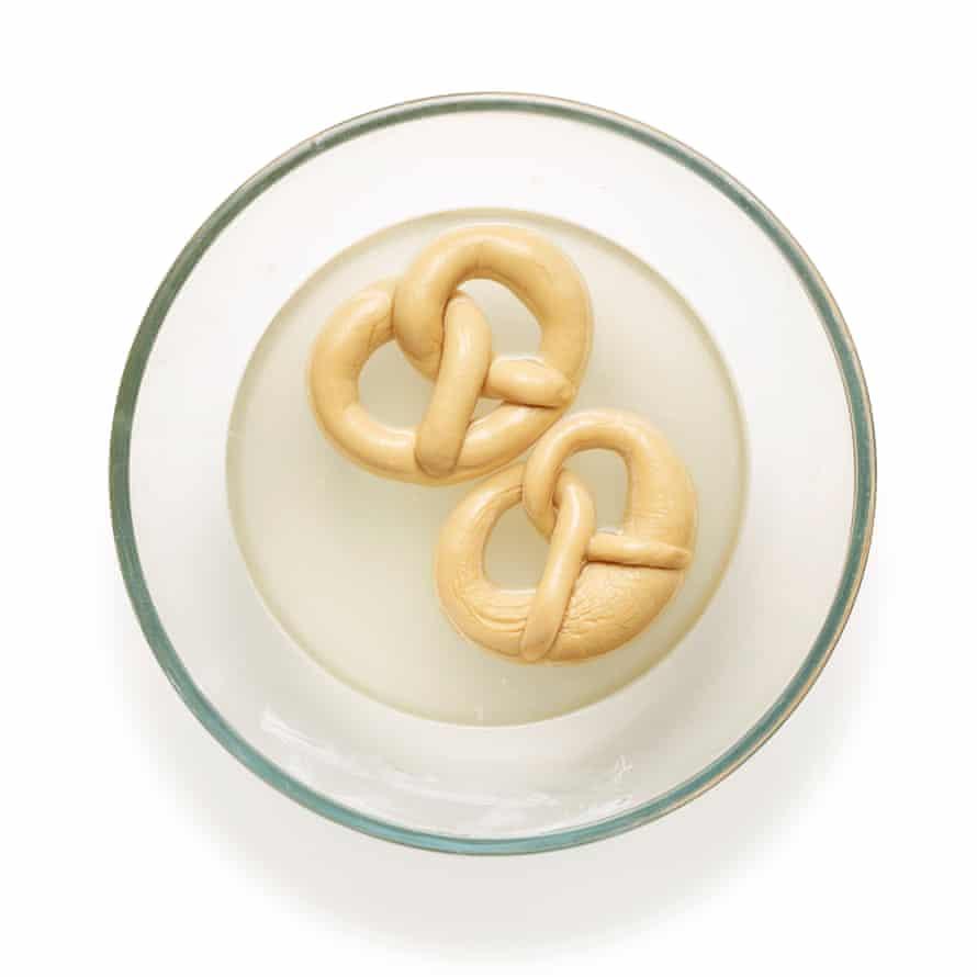 10 pretzels Felicity Cloake (Cocer el bicarbonato y mezclar con agua)