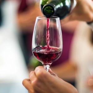Vierta una copa de vino tinto
