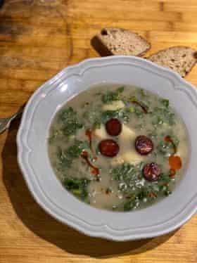Esta sopa es el equivalente culinario de la bandera nacional, según Tessa Kiros.