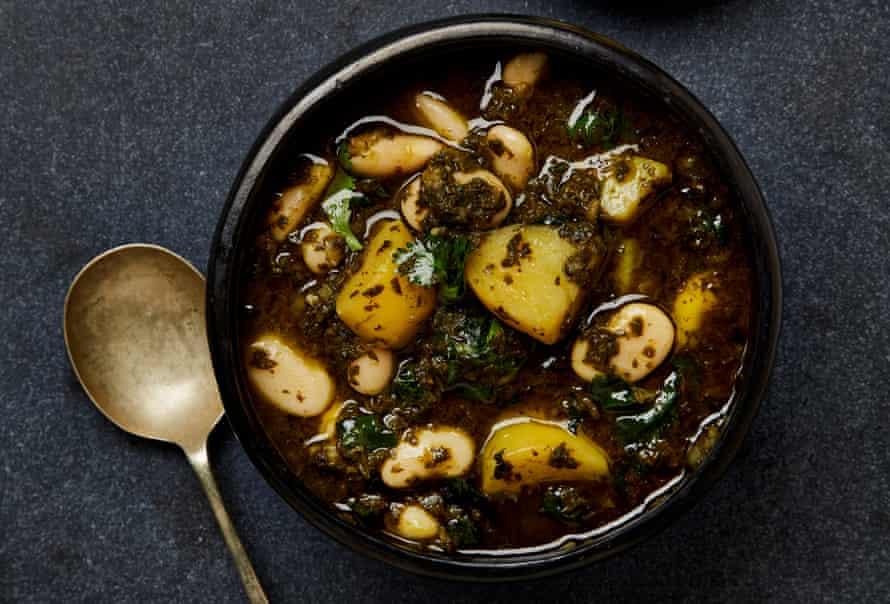 Estofado de bkeila, patatas y habas de Yotam Ottolenghi.