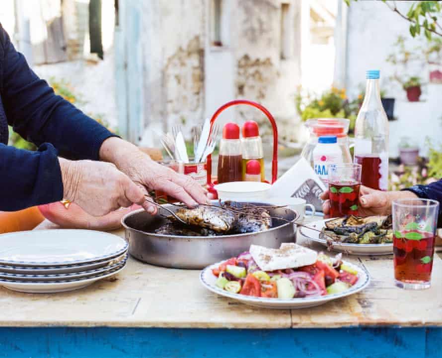 Mesa Yiayia, con besugo, ensalada y vino