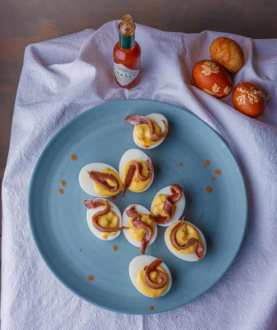 Huevo relleno y anchoas