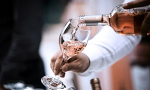Botella y vaso para vino rosado; Shutterstock ID 760358647; PO: P10023018602; nombre: Luke Humphreys; correo electrónico: luke.humphreys@tesco.com; searchbams?: Sí