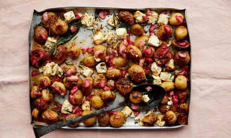 Hornee con ruibarbo y patatas.