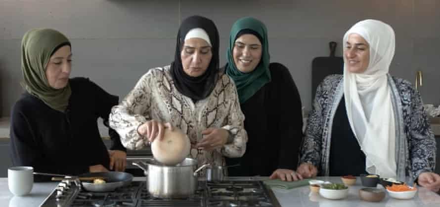 Las hermanas Shahrouk preparan juntas un fattah.