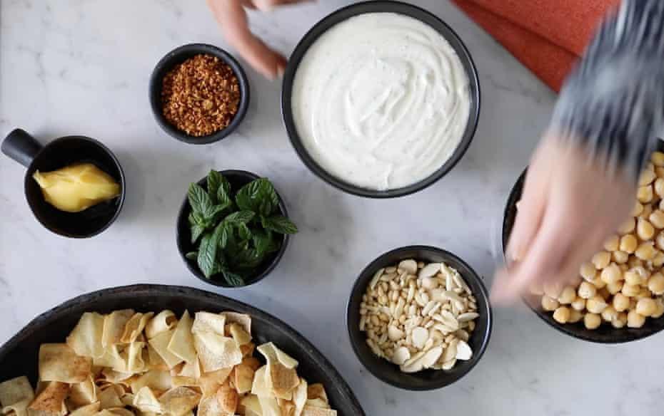 Ingredientes Fattah: mucha mantequilla o ghee, menta fresca, ajo crujiente, almendras y piñones, garbanzos y yogur con pan libanés tostado.