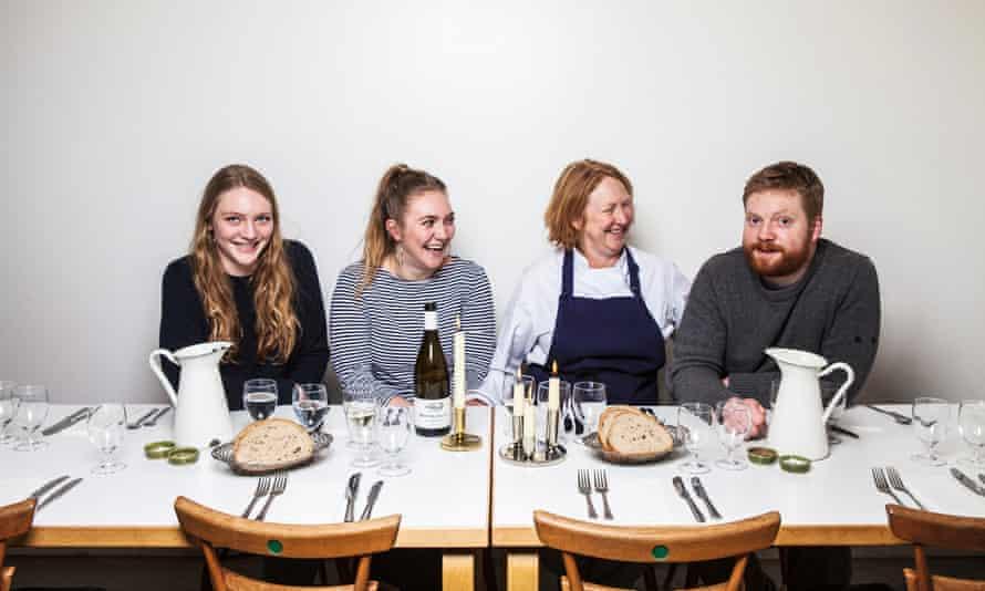 Margot Henderson con ella y los hijos de Fergus, Héctor, Owen y Frances, en 2017.