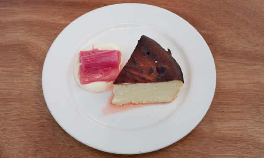 """""""Cheesecake es la hoja dulce-dulce perfecta para el ruibarbo agridulce rosado brillante"""": cheesecake de ruibarbo."""
