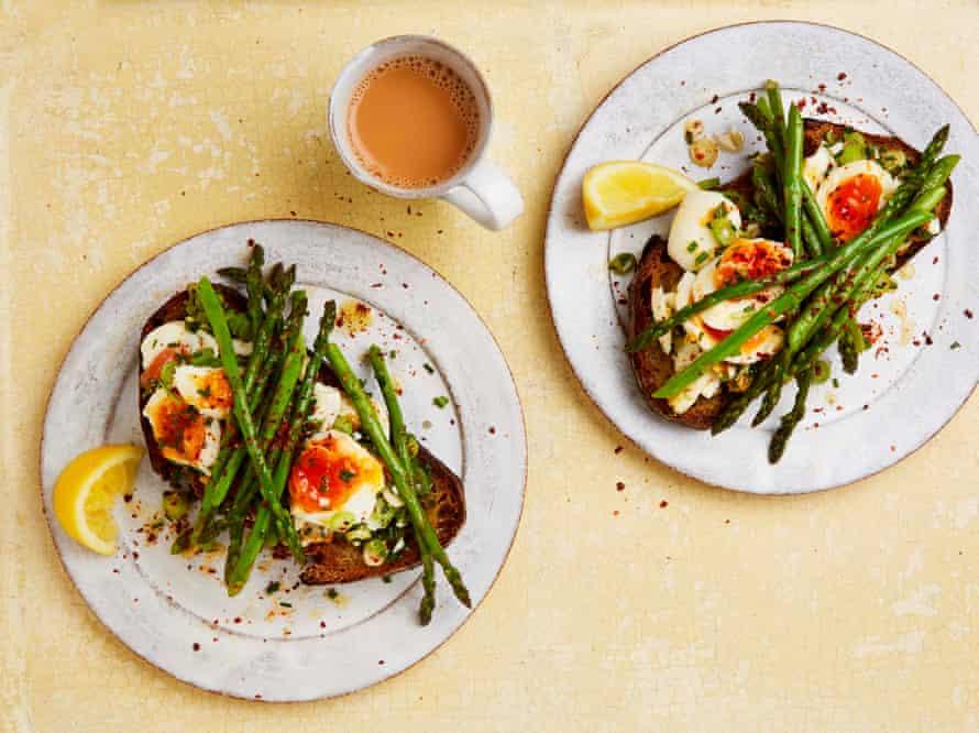 Huevos con mantequilla y espárragos en una tostada de 15 minutos de Yotam Ottolenghi.