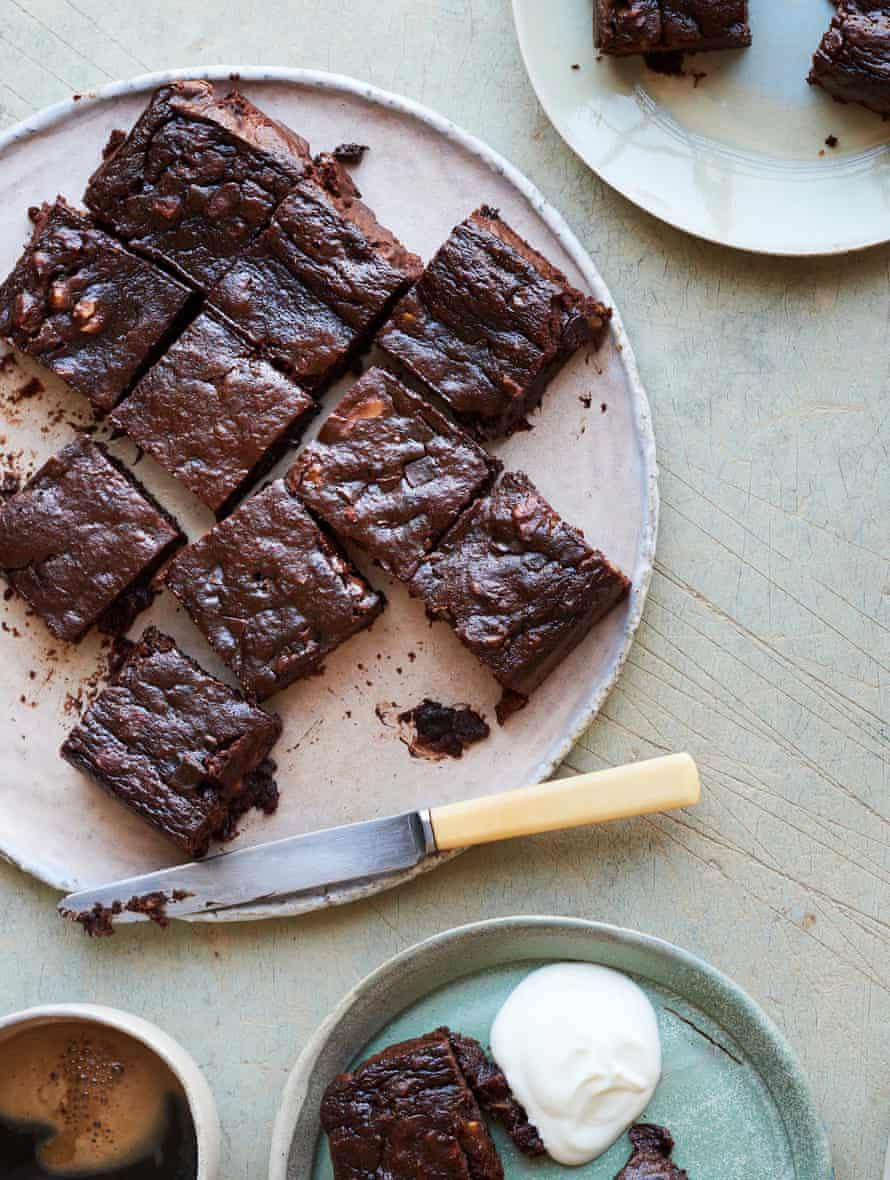 Brownies de dátiles con pimienta negra de Nik Sharma.