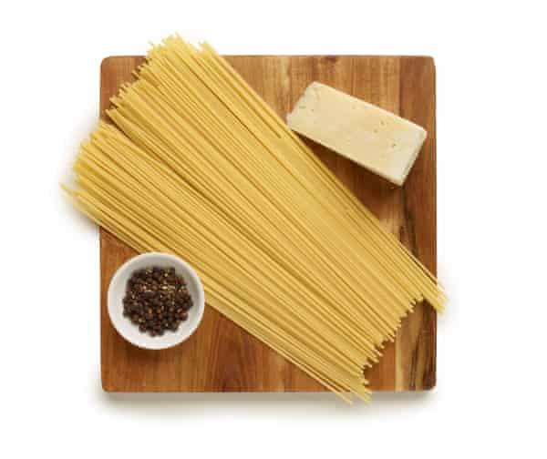 espaguetis con pecorino y pimienta
