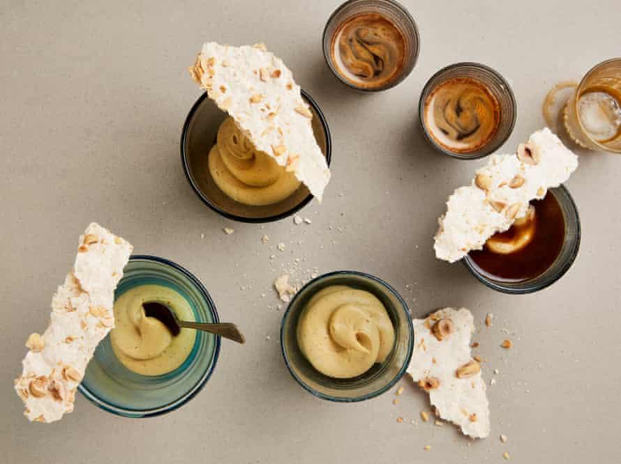 Crema de natillas al horno de Yotam Ottolenghi con merengue de coco y avellanas.