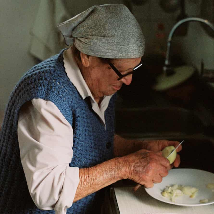 Eulalia picando cebollas para pagès sofrit, un guiso típico ibicenco.