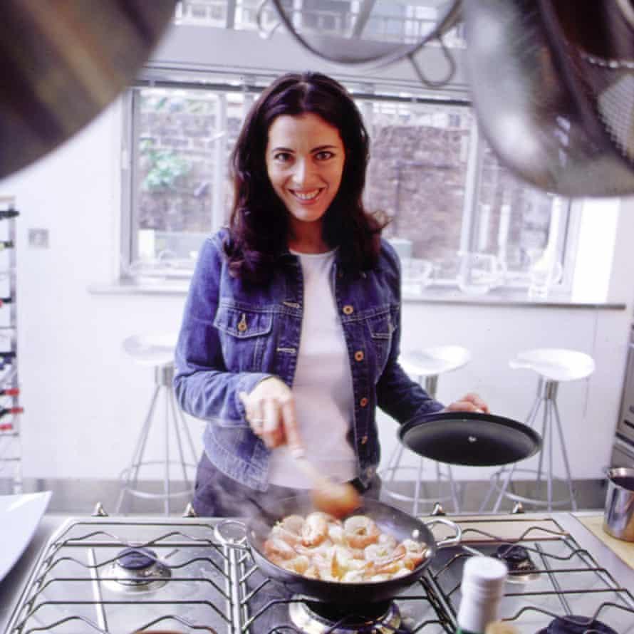 Cocinando un plato en Nigella Bites, su primer programa de cocina de televisión (1999-2001).