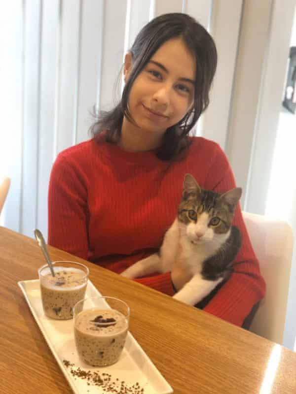 Sueda con su gato y su pudín de tapioca