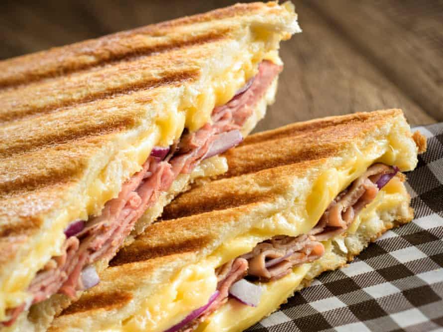 Toastie de jamón, queso y cebolla morada.