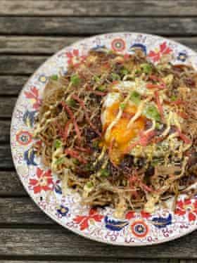 """La versión """"ridículamente buena"""" del okonomiyaki de Tim Anderson en Hiroshima, con un huevo frito extra."""