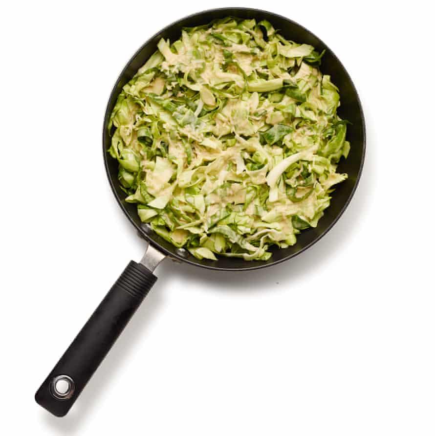 Cómo hacer el okonomiyaki perfecto: paso 4, cubrir con repollo.
