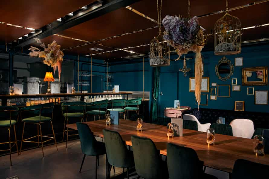El Moulin Rouge y la elegante decoración industrial hacen que el primer bar sin alcohol de Australia se sienta como una noche de fiesta para adultos.
