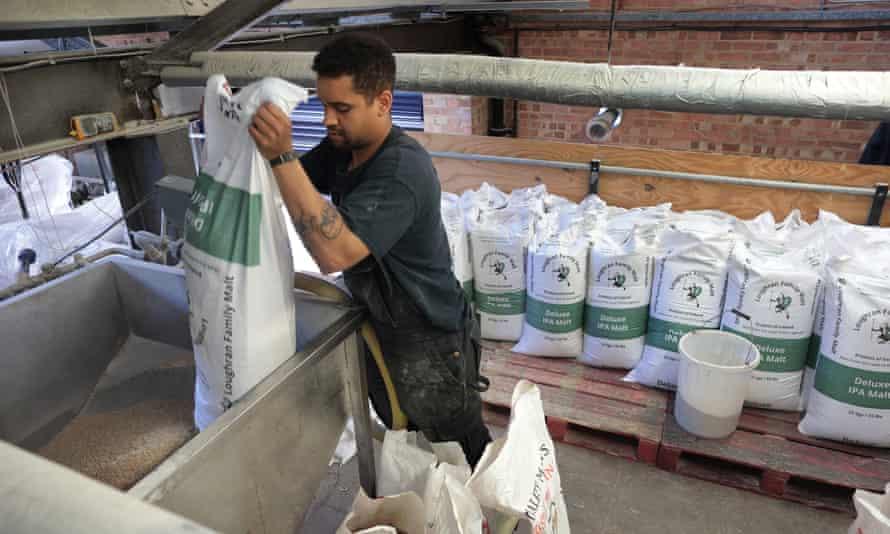 Se vaciaron sacos de malta en la mezcla en Gipsy Hill Brewery en el sur de Londres.
