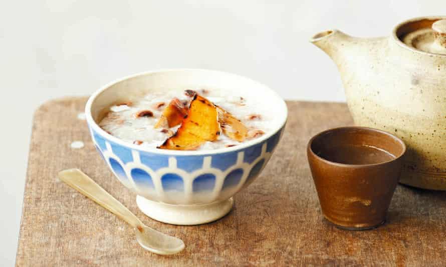 Che nep gung trai dao - arroz con leche de coco con sirope de jengibre y melocotones a la parrilla.