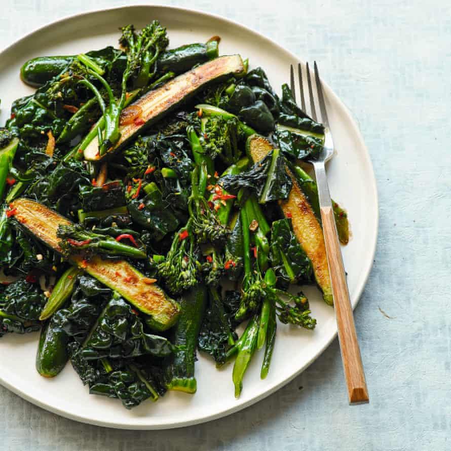 Cai xao ot ca com - Verduras verdes calientes y ardientes con anchoas.