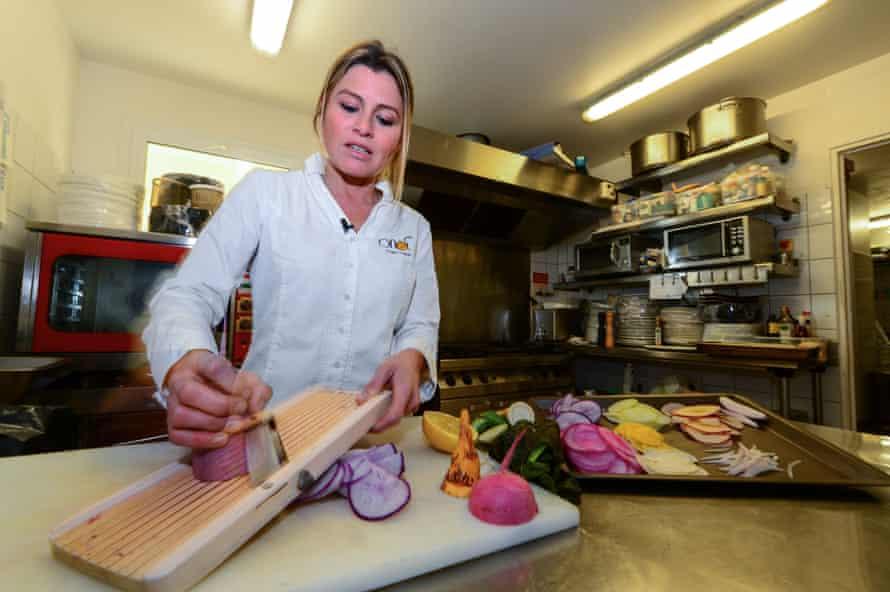 Chef Claire Vallée en su restaurante vegano Ona en Ares, cerca de Burdeos.