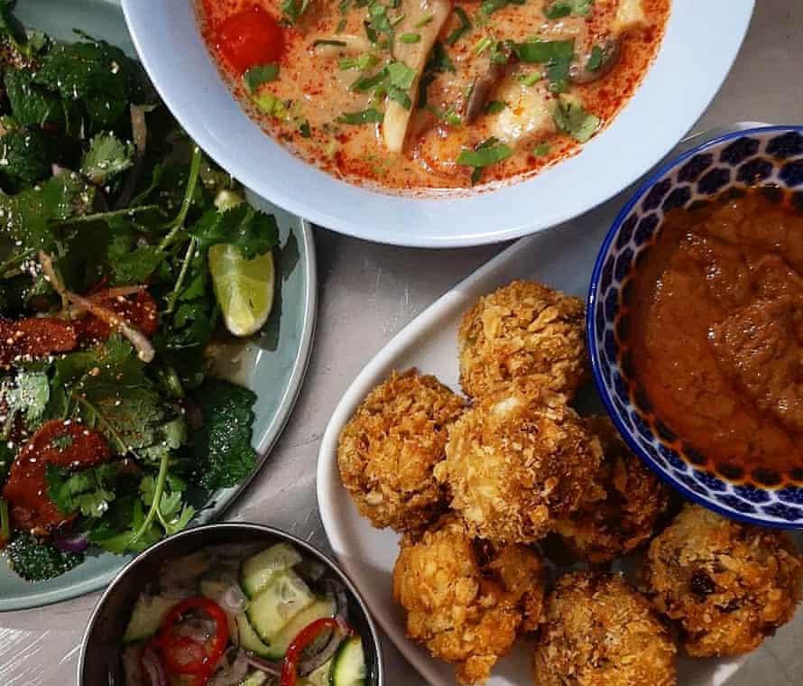 Ensalada de seitán en cascada, izquierda, sopa de hongos tom yum, arriba, yaca panko satay, derecha con ensalada de pepino ajat en Brother Thai, Cardiff.