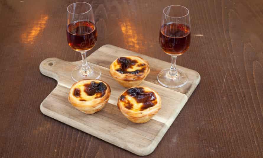 """""""Tartaletas doradas en sus tazas de puro hojaldre"""": pastéis de nata y unas copas de Madeira."""