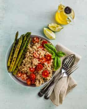 Ensalada de sorgo, espárragos y tomate con tahini y lima