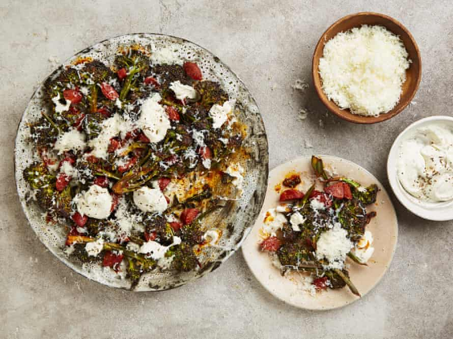 Brócoli de brotes morados de Yotam Ottolenghi con crema fresca de chorizo, manchego y semillas de alcaravea.