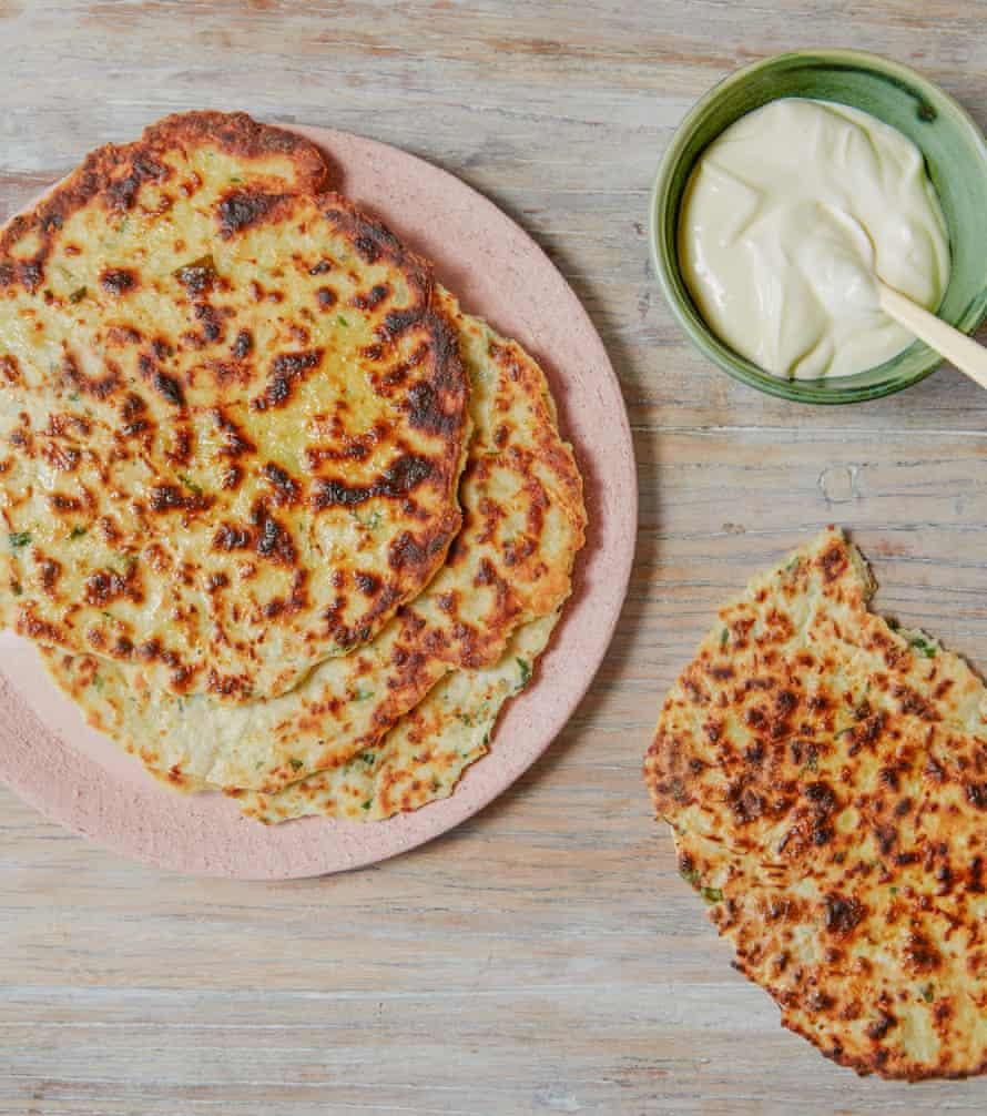 Panes planos de papa Ravneet Gill, queso y cebollino.