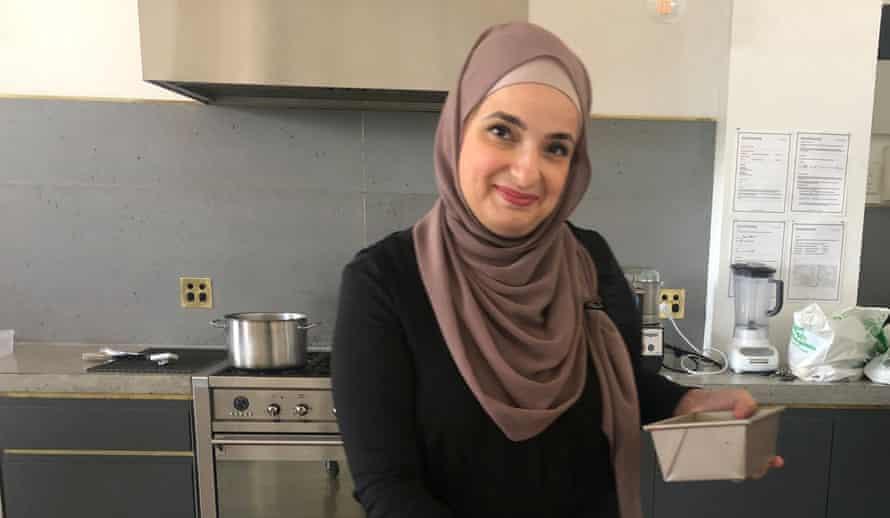 Fatimah en la cocina, preparando el maamoul.