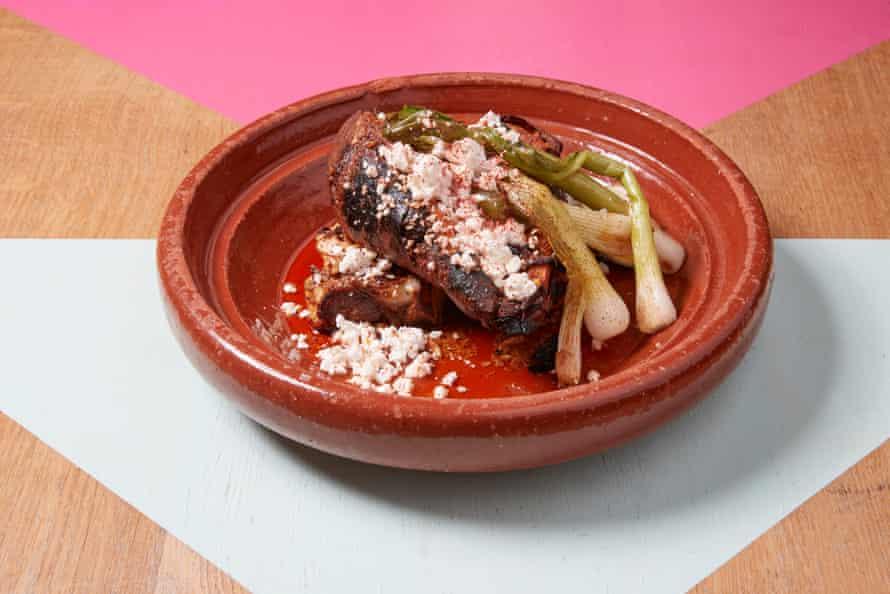 Las batatas asadas y la coliflor madre asada llegan en salsa de mantequilla matcha con cebollín y queso feta.