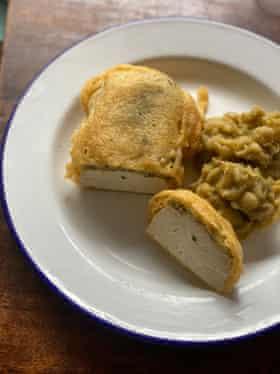 El caldero hace una especie de masa de sabor tártaro con encurtidos picados, alcaparras y harina.