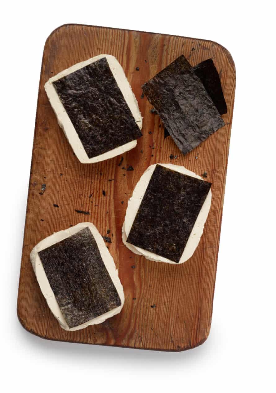 Felicity Cloake Perfect Breaded Tofish, paso 4. Pega hojas de nori a los otros lados del tofu.