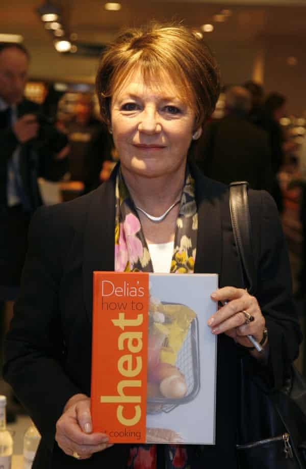 Delia Smith firma copias de su libro Cómo hacer trampa en la cocina