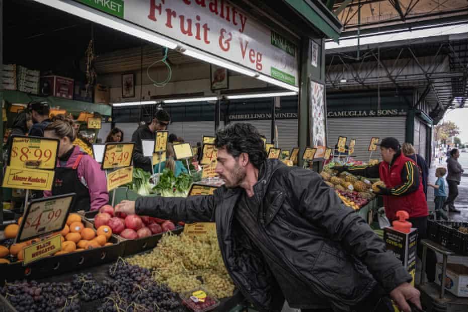 Bandesh compra fruta en el mercado de Preston en Melbourne.