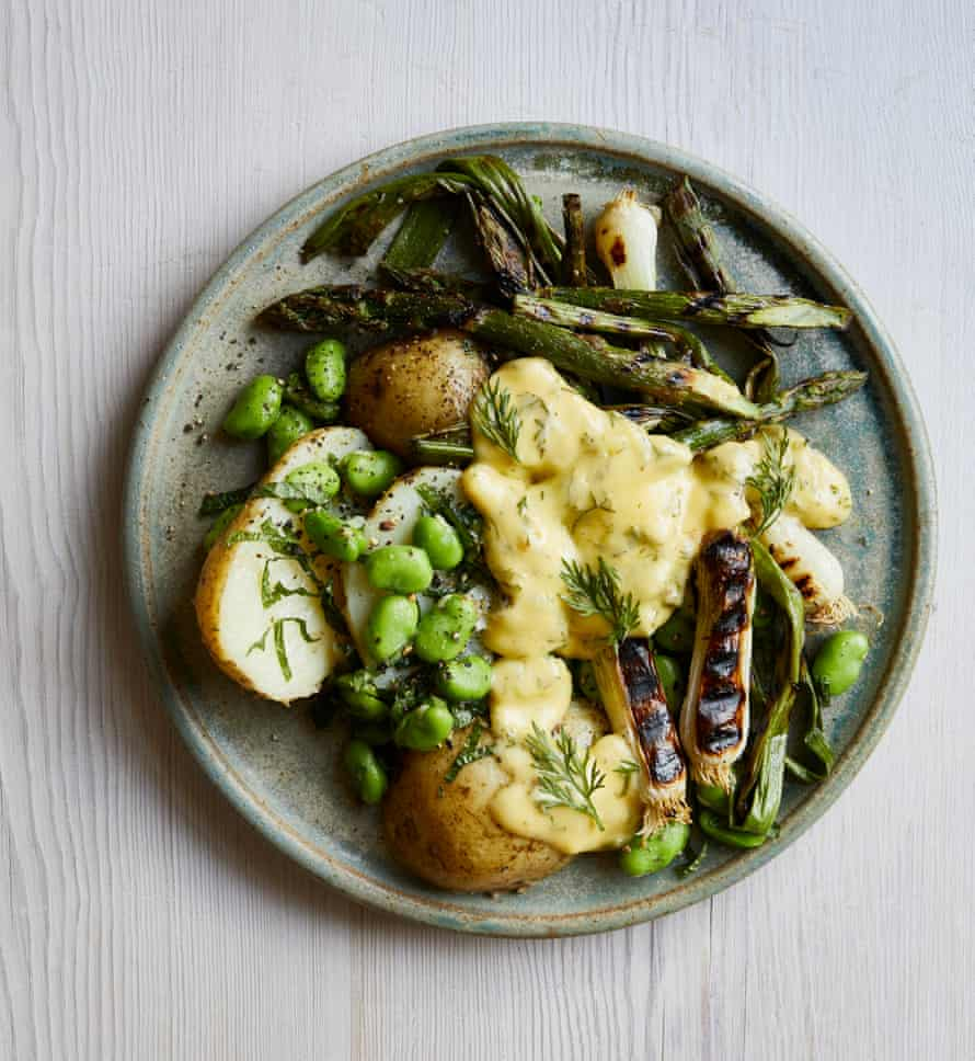 Espárragos a la plancha de Gill Meller con patatas nuevas, habas y salsa holandesa.