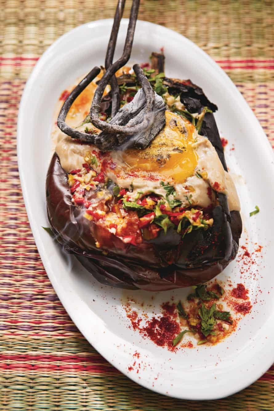 Miel & amp; Co berenjena entera quemada con yema de huevo carbonizada, tahini y salsa de chile.
